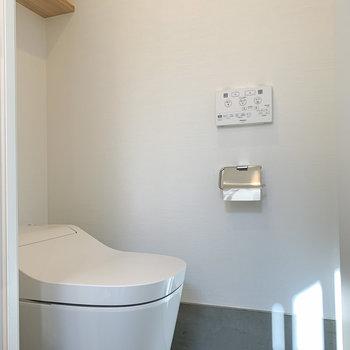 【1F】温水洗浄付きのトイレです。