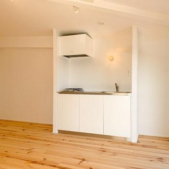 【3F】シンプルなキッチン。右隣は、冷蔵庫置き場。