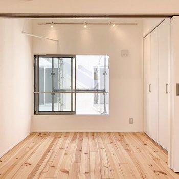 【3F】奥の洋室も窓が大きめです。