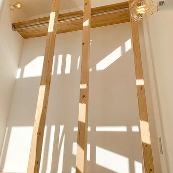 オープン収納が階段途中に。ディスプレイスペースにするのも◯