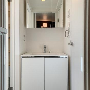 【1F】シンプルだけど大きめの洗面台もあります。