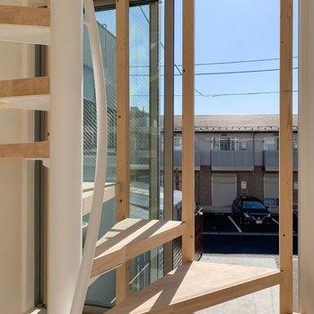 【ディテール】階段や窓のルーバーも木で統一を。