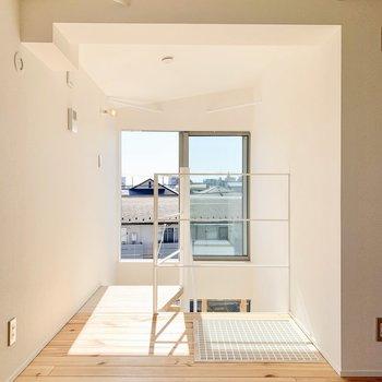 【3F】階段奥にも大きな窓から光が入ります。