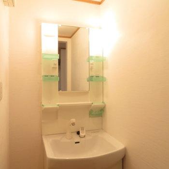独立洗面台もしっかり。その隣に細いスペースがあるのも◎