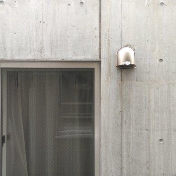 リビング窓から数mほどでご近所さん。お向かいのお部屋と近めなのでカーテン必須!