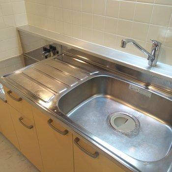 キッチンはイエロー。レバー型ハンドルの水栓で温度調節簡単!