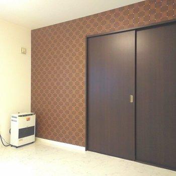 このクロスに似合う家具は暖色系!色だけじゃなくてストーブでも実際に暖まろう