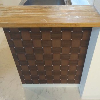 キッチン横には木製ちょいカウンターがありました〜。広々使えそうだ
