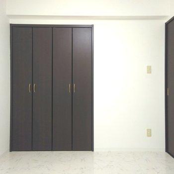 洋室は、クローゼット付きの5.5帖。シンプルなお部屋です
