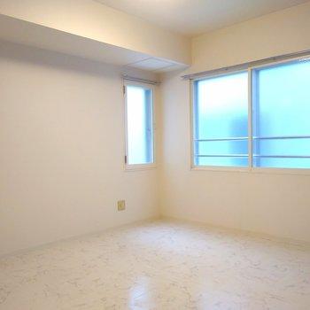 窓は北向き〜。1面のクロス以外は真っ白な壁となってます〜