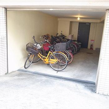 【共用部】駐輪場も半地下なので屋根つき!