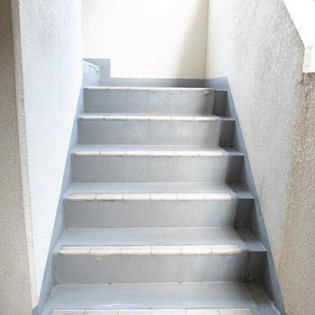 【共用部】オートロックを抜けて、階段で1階へ。