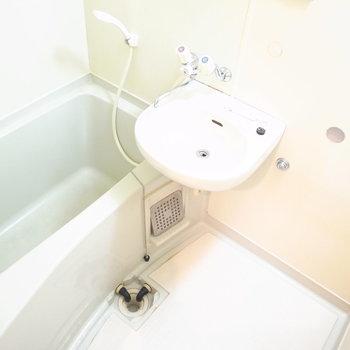洗面台はお風呂といっしょになっています。