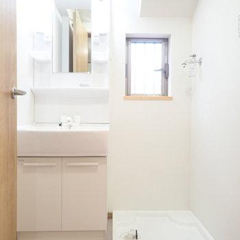 洗面台と洗濯機はおとなり。こちらも窓!
