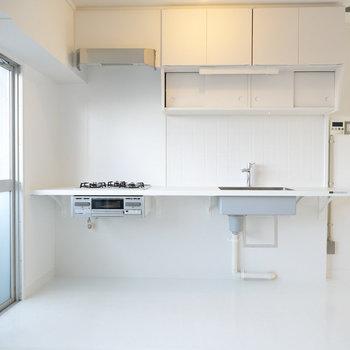 MUJI×URの嬉しい持ち出しキッチン。脚がないので、下に好きな収納を組み合わせて自由に使えます。