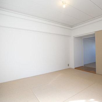 和室の床は、麻畳。丈夫な素材なので、ソファやベッドなど洋風の家具を置いても大丈夫です。