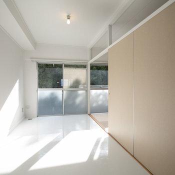 そして、キッチンからベランダまで続く、白い土間風スペース。ギャラリーのように好きなものを飾りたい。