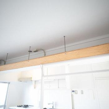 収納に使えるこちらの「小天井」。無印良品のシェルフと組み合わせて、この部分に間仕切りを置いてもOK。突っ張ることができるので転倒防止にもなります。