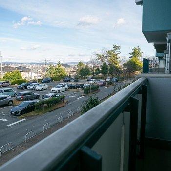 北側バルコニーは駐車場ビューです。