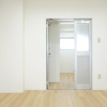 工業的な見た目のドアを開けてその先へ。