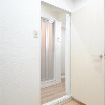 右のドアからキッチンスペースへ。