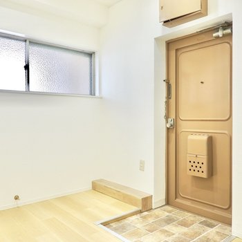 ドアの向こうは玄関。窓のある明るく広いスペースです。