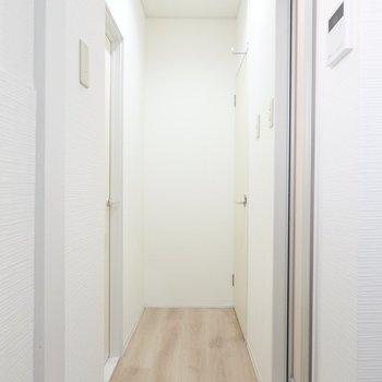 反対側を向くと右側にシャワールームとトイレが。