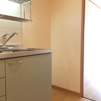 キッチン横には冷蔵庫をおいてね〜(※写真は8階の同間取り別部屋のものです)