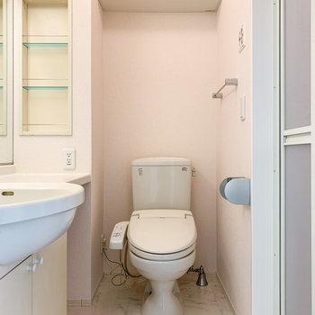 さて、気になるサニタリールームへ。トイレは嬉しい温水洗浄機付きです。