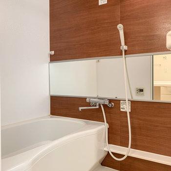 お風呂は浴室乾燥機・追い焚き機能付き。
