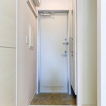 少し段になった玄関はコンパクトサイズ。