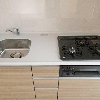 3口コンロでお料理が捗りそうです!横に冷蔵庫が置けるスペースがあります。