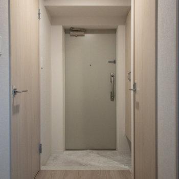 右がトイレ、左がサニタリーです。