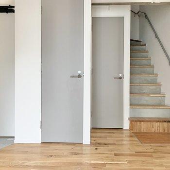 【洋室】脱衣所は右、トイレは左の扉から。