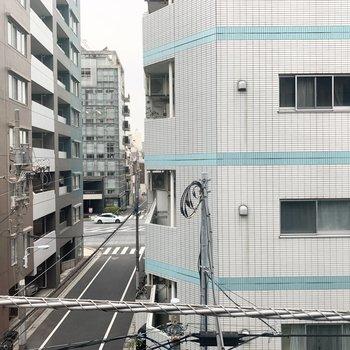 【上階LDK】窓からの眺望は周辺のマンションやビルです。