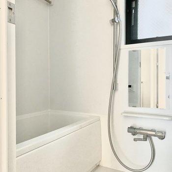 お風呂には窓があって、換気もしやすいですね。