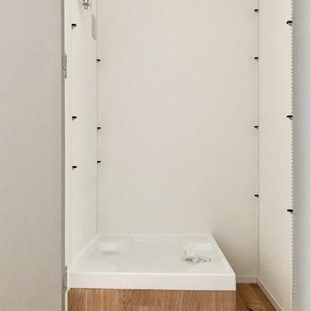 【上階LDK】洗濯機置き場は階段正面にあります。