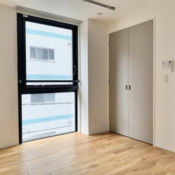 【洋室】ベッドは窓に沿うように。