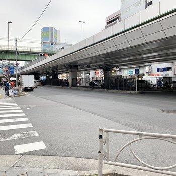 駅前には首都高が通っています。
