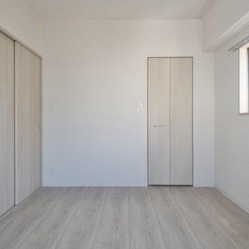 [洋室]引き戸を閉めるとより寝室感があります。