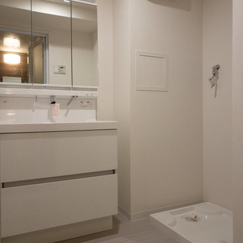 たくさん収納ができる独立洗面台です。