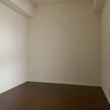 【洋室4.8帖】共用部側の洋室。