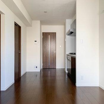 【LDK】窓側から。左の扉は洋室と脱衣所です。