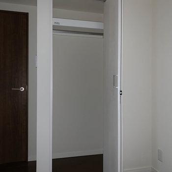 【洋室4.8帖】こちらにもクローゼットがあります。※フラッシュ撮影をしています