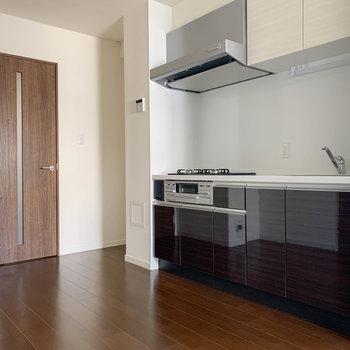 【LDK】キッチン周り。柱挟んで左に冷蔵庫置き場。