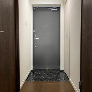 玄関部分へ。ここからもう一つの洋室へ。