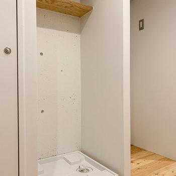 さらに隣は、棚つきの洗濯機置き場も。