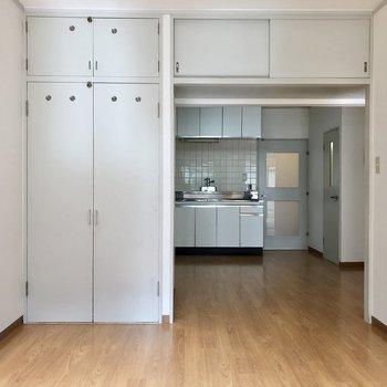 【洋室①】DKとの間には扉が付いていません。