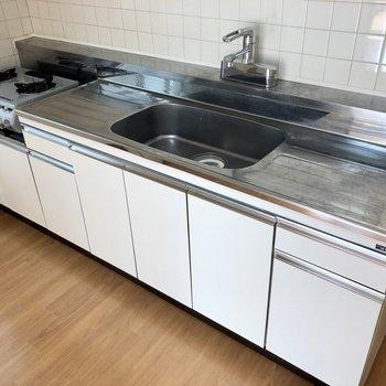 【DK】調理場が広く確保されており、物の置き場にも困らなそうですよ〜。