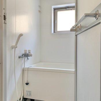 お風呂にも窓がついてるなんて!嬉しいですね。※写真は2階の同間取り別部屋のものです